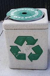 یک سطل زباله بازیافت در شمال کالیفرنیا